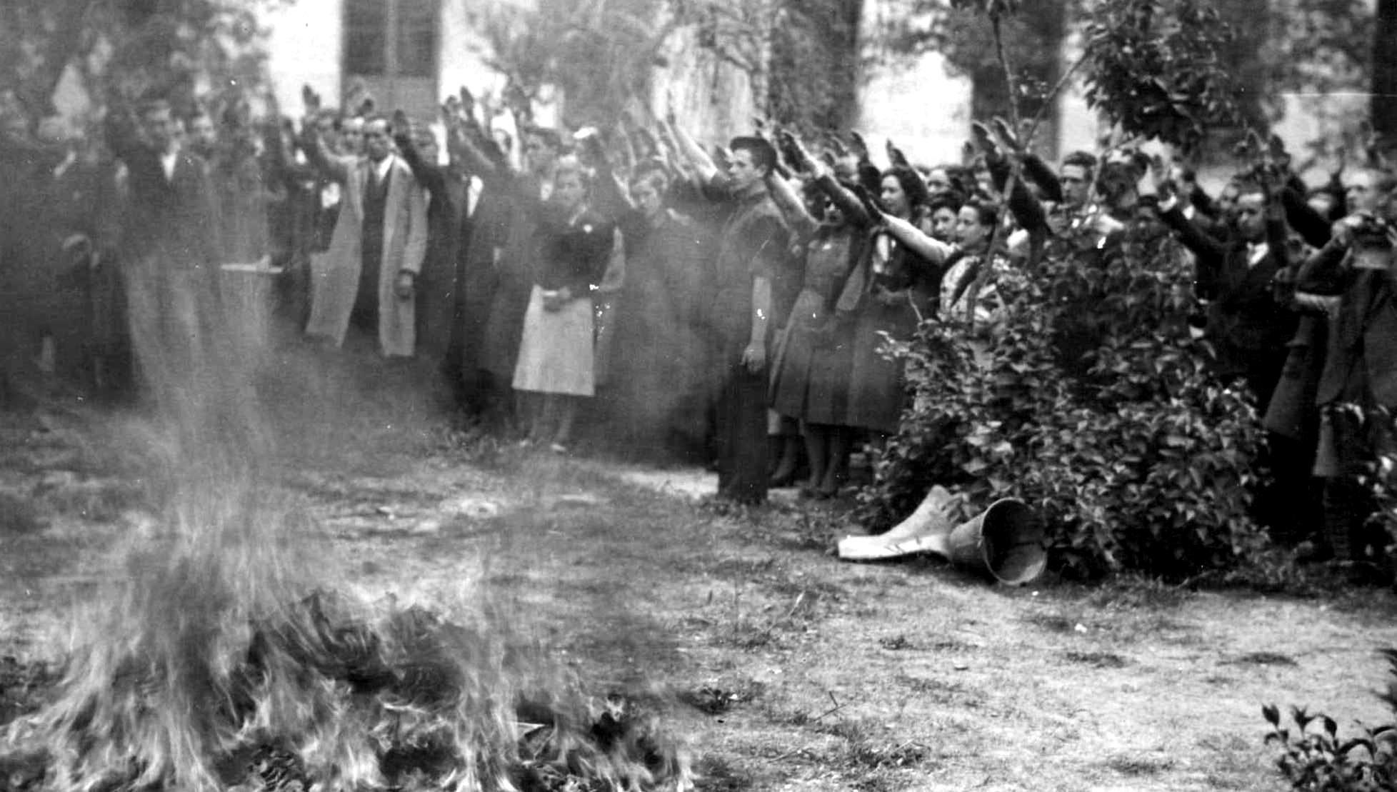 En la Universidad Central de Madrid se ha celebrado un acto en el que se ha hecho la quema simbólica de libros.