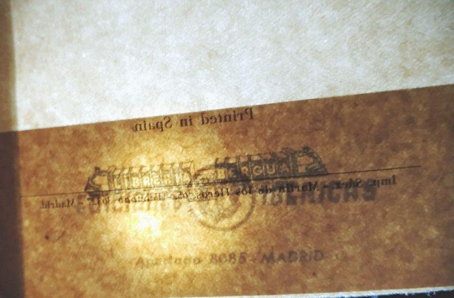 """Imagen con iluminación al través de la pegatina de la editorial, observándose que tapa el sello editorial """"Librería Bergua"""""""