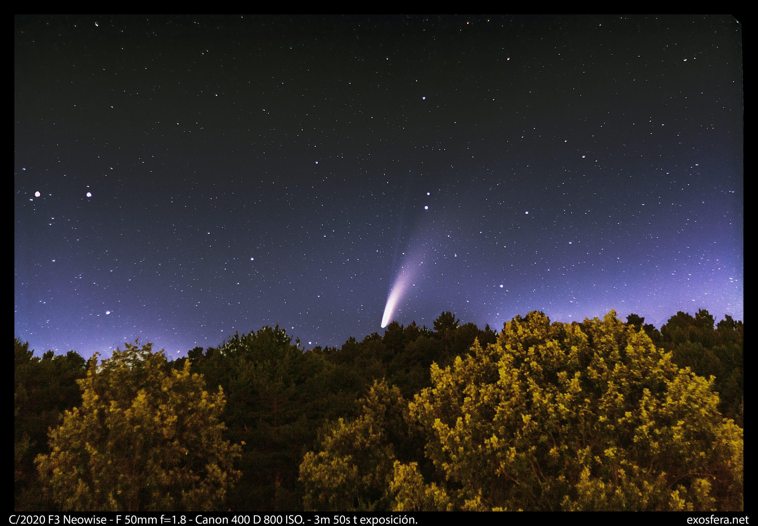 El cometa C/2020 F3 Neowise al anochecer, apreciándose la cola iónica